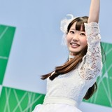 東山奈央、ソロデビュー記念イベントでファンと交流 アーティストロゴが虹の七色に