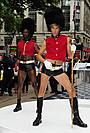 「ブルーノ」サシャ・バロン・コーエンとセクシー近衛兵にロンドンが騒然!
