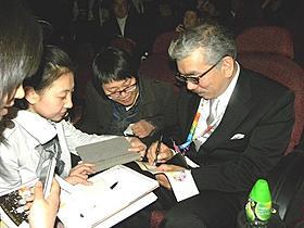 しぎの監督、中国でサイン攻め「映画クレヨンしんちゃん 嵐を呼ぶ黄金のスパイ大作戦」