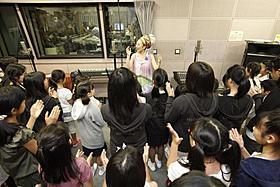 被災地の子どもたちとともに名曲「Smile」を合唱「フレンズ もののけ島のナキ」