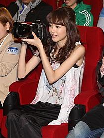 カメラマンに挑戦した桐谷美玲(東宝提供)「名探偵コナン 11人目のストライカー」