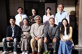 現場のセットで撮影に応じた「東京家族」の山田洋次監督とキャスト一同「東京家族」