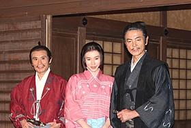 会見に出席した(左から)片岡鶴太郎、 中谷美紀、柴田恭兵
