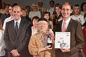 (左より)マセ駐日フランス大使、松本、フォール文化参事官「キャプテンハーロック」