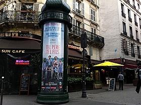 パリでお馴染みの広告塔に張り出された、 「そして父になる」のフランス版ポスター