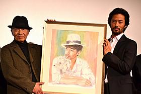 舞台挨拶に立った竹野内豊と画家の西野行彦氏「ニシノユキヒコの恋と冒険」