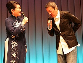 アオザイ姿の松坂慶子(左)に見とれる奥田瑛二「ベトナムの風に吹かれて」