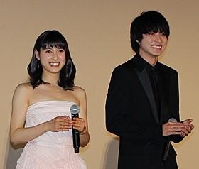 舞台挨拶に立った土屋太鳳(左)と山崎賢人「orange