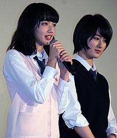舞台挨拶に立った小松菜奈と高月彩良「黒崎くんの言いなりになんてならない」