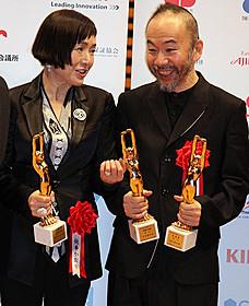 受賞を喜ぶ桃井かおりと塚本晋也監督「恋人たち」