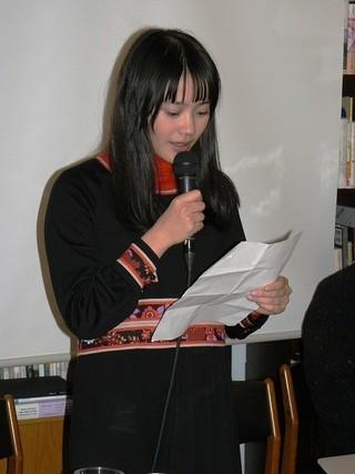 詩を朗読する小川あん「ポエトリーエンジェル」