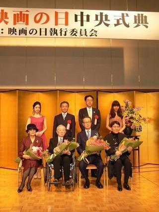 左から石原まき子氏、山内静夫氏、 高井英幸氏、おすぎ氏(前列)「君の名は。」