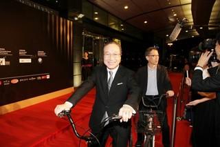 小日向文世&矢口史靖監督が自転車 に乗りレッドカーペットに参加!「サバイバルファミリー」