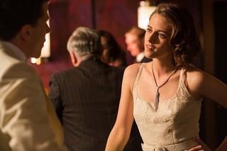 この映画のために作られたシャネルのドレスを着たクリステン・スチュワート「ローマでアモーレ」