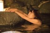 """浅川梨奈の""""童顔巨乳""""がチラリ!入浴シーンとらえた「咲 Saki」劇中カット"""