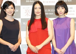 舞台挨拶に立った(左から) 黒木瞳、仲間由紀恵、夏帆