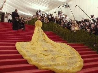 中国人デザイナーのドレスで魅了したリアーナ