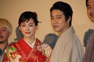 和装で登壇した綾瀬はるかと堤真一「プリンセス トヨトミ」