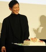 佐々木蔵之介、バースデーケーキのサプライズに感激!関ジャニ横山が「あ~ん」で祝福