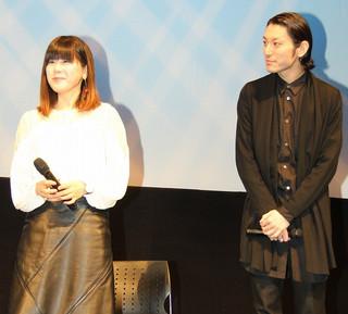 舞台挨拶に立った山戸結希監督(左)