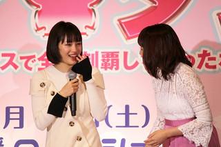 大粒の涙を流す広瀬すず(左)「チア☆ダン 女子高生がチアダンスで全米制覇しちゃったホントの話」