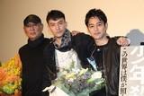 チャン・チェン、親友・妻夫木聡の日本アカデミー賞戴冠を祝して爆笑アイテム贈呈