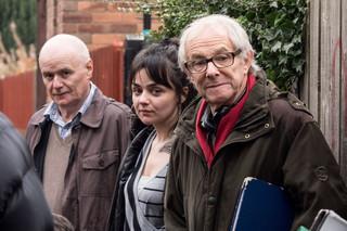 (右から)ケン・ローチ監督、ヘイリー・スクワイアーズ、デイブ・ジョーンズ