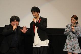初日挨拶を盛り上げた斎藤工と井口昇監督