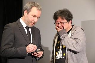 ビルヌーブ監督にサインをもらい感激する樋口監督「シン・ゴジラ」