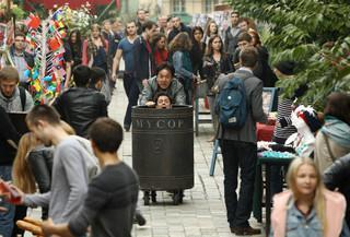ゴミ箱を押して疾走するジャッキー・チェン