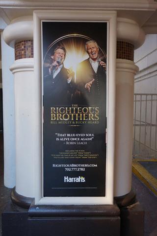 ハラーズホテルのライチャス・ブラザーズ 公演のポスター。「ゴースト」「ダーティ ・ダンシング」が売り文句になっている のがわかる