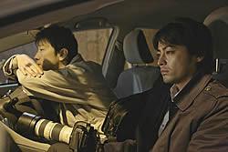 記者の藤井(右)は徐々に闇に引き込まれていく……