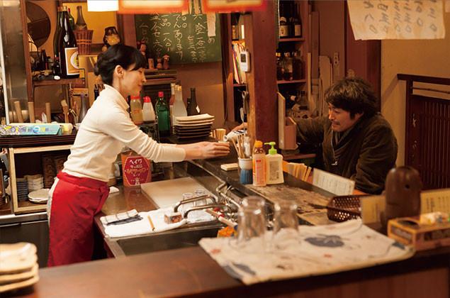 芝居と酒にしか興味がなかった亀岡が、ふと立ち寄った居酒屋の女将に恋をして……