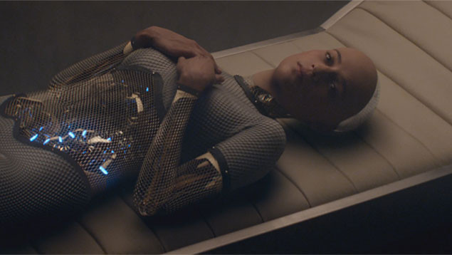 アリシア・ビカンダー演じるエヴァは、謎めいた言動と妖しい魅力で主人公を翻ろうする