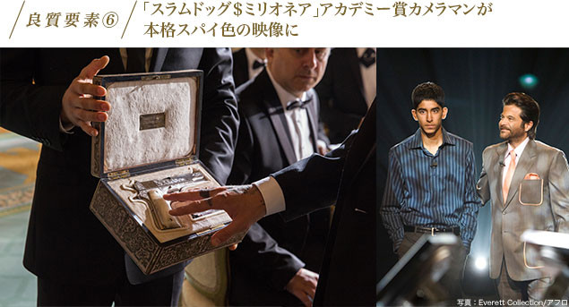 (左)この銃は一体? 本作のワンシーン(右)「スラムドッグ$ミリオネア」
