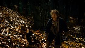 """エレボールの宝物庫で、ビルボはついに""""邪竜""""と対面する!"""